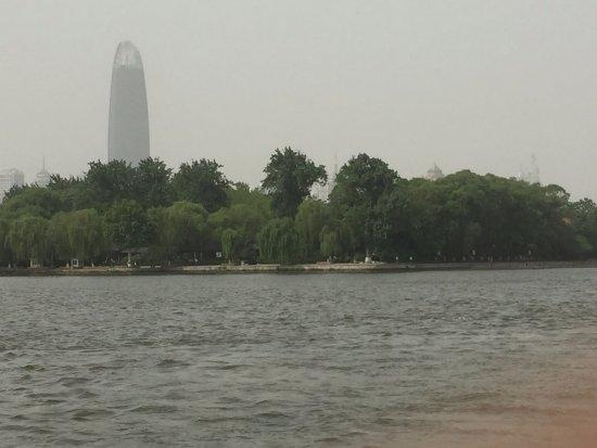 Jinan, China: 从大明湖北岸看绿地中心