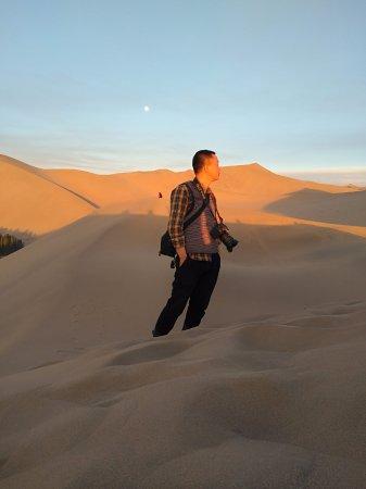 Dunhuang, Chiny: 敦煌漠戈探险鸣沙山沙漠露营体验活动