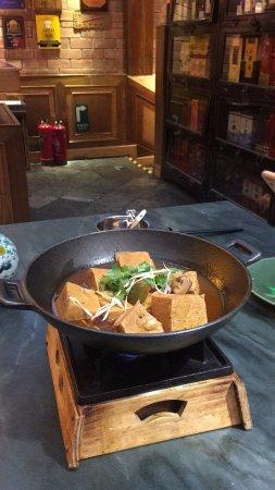 Na Jia Restaurant (Yong'anli) : 菜式中规中矩京味家常菜风格;服务员态度充满虚伪的热情,从进门就感受到怎一个急字了得,不会听只会说,说得还快,似乎一套词说完了就完成了任务,至于是否记得客人要求没有呼三唤四的催促怕是只有等了。
