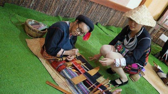 Areca Valley Tourist Resort of Hainan Ganza Ridge Primitive Culture: 百岁老人在织黎锦