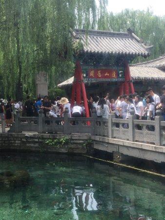 Jinan, China: 学习趵突泉的历史!观看清澈的泉水!