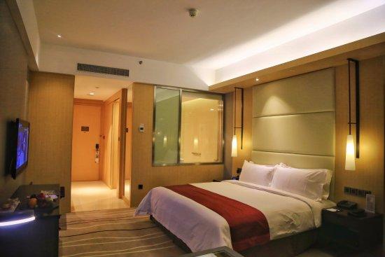 客房简约舒适,房间很大气,配以暖黄的灯光,非常的舒服,让你疲惫的身心安静下来。客房设施很新,床品触感不错,面料挺括,不缩不皱,还有柔软的羽绒被,给你一个美好的睡眠。
