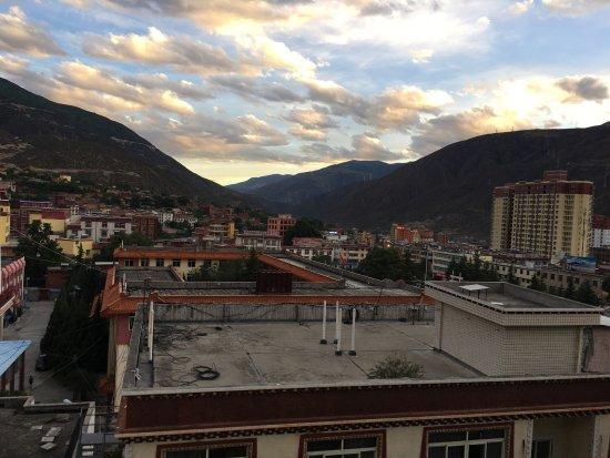 Batang County, จีน: 20:30酒店远眺的山景。这是一个认真写县志的小城。