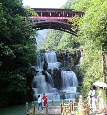 Baokang County, China: 五道峡迎宾瀑 五道峡自然保护区位于保康县境内荆山主脉,处于亚热带与暖温带的过渡地带,