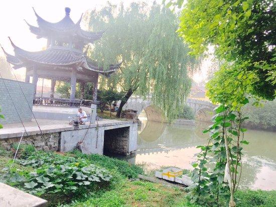 Hanshan County, China: 桥上一凉亭