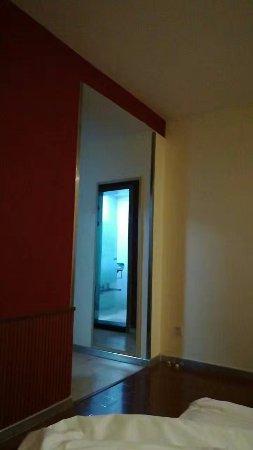 Linyi, Chine : 光线很差,白天房间内也很暗