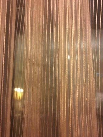 Beijing Hotel NUO: 陳舊的窗紗感覺很骯髒