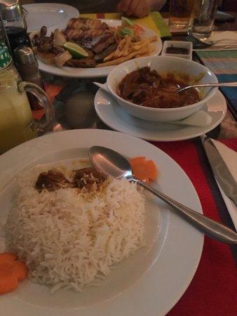 Hulhumale: 环境很不错,服务员人很nice,我们点了一个牛肉咖喱,一个海鲜拼盘,牛肉咖喱味道挺好的,价格也公道。