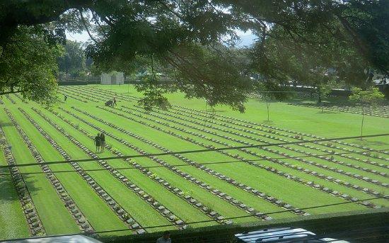 Kanchanaburi War Cemetery: 鸟瞰公墓