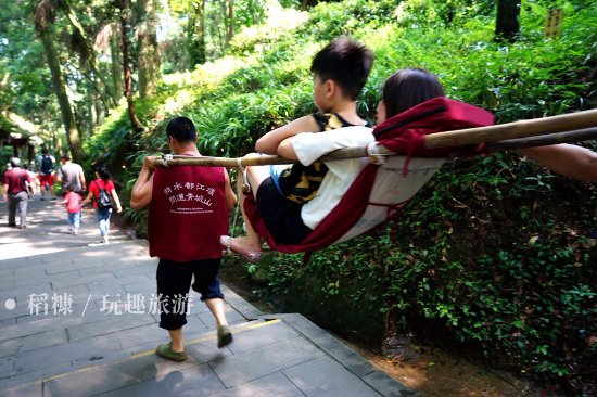 Mount Qingcheng: 随处可见滑竿。