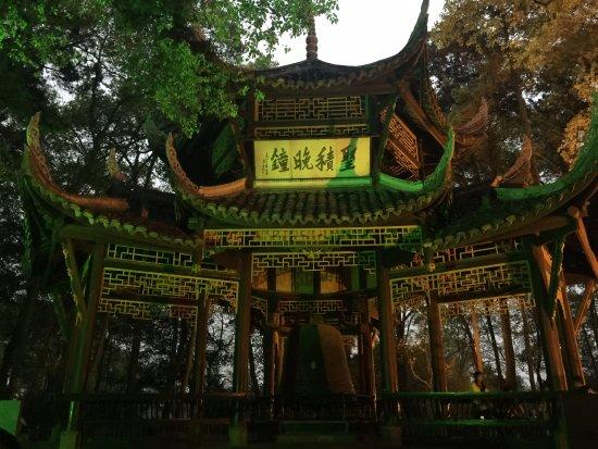 Emeishan, China: 峨嵋山下