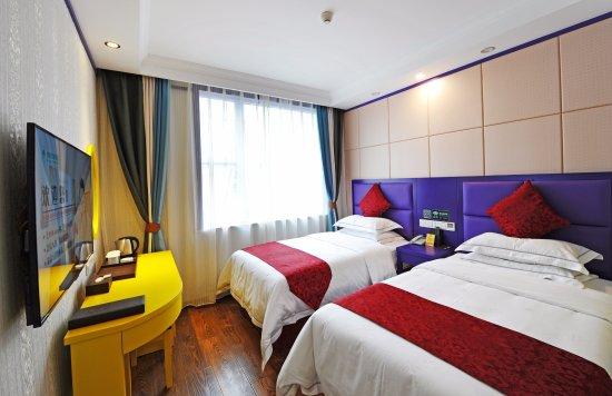 Guangyuan, Kina: 高级双床房。房间含有1.35米大床两张,55寸高清乐视电视,独立WiFi,中央空调。房间干净舒适,让您拥有不一样的入住体验!