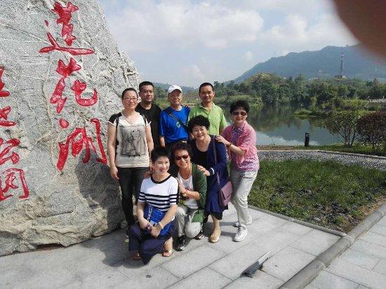 Dazhou, Kina: 我们和舅妈在莲花湖与达州的亲友们相聚,有晓春、向刚仁、杨仕伦,张叔叔等四家,还有妈妈的同学杜叔叔夫妇及我的好朋友(小学同学)何红六。