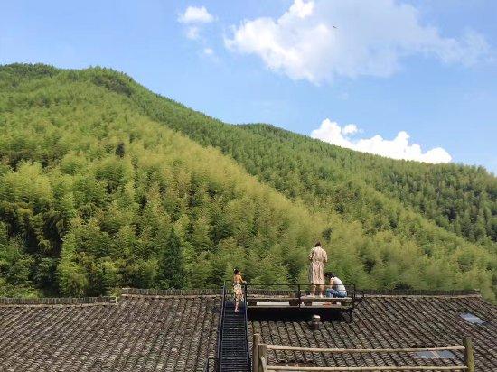 Deqing County, China: 可以观景的屋顶