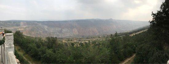Fuxin, Cina: 这里的矿坑非常大很震撼,看到之后,你会感叹人类为什么给地球弄了这么大一个疤痕。公园人很少很安静。公园不要门票。