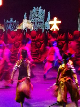 "Fenghuang County, Cina: 在凤凰古城的""天下凤凰大酒店""南侧通道,有一座名叫""边城""的剧场,其名源自出生于湘西的作家沈从文的小说《边城》,且该剧场也只演一个剧目,就是以沈从文的小说《边城》改编的实景剧《边城》。剧场的大"