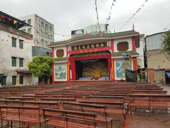 Leizhou, Kina: 雷州很多这种露天戏院,雷州的半天时间里我看到了三处,这是位于博物馆与古城之间巷子里的一个。