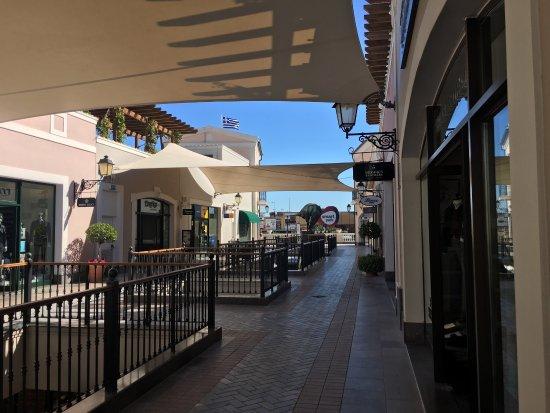 Spata, Grækenland: outlet 还行,像国内武清区的菲洛伦萨小镇,地面一层,地下两层。只是与国内相比人比较少。逛逛还是不错的。