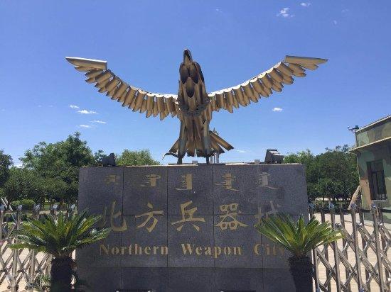 Baotou, Chiny: 用炮筒做的老鹰造型