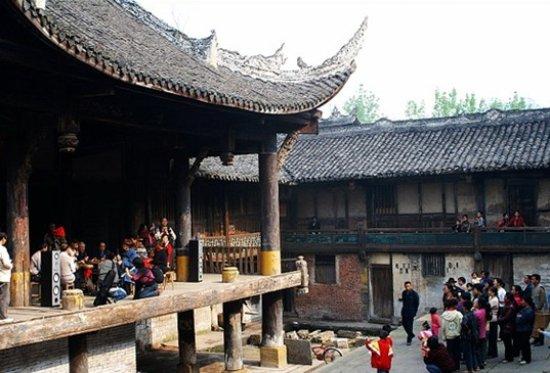Zizhong County, China: 盐神庙 以前做过小戏台 明洪武时期的罗泉古镇是商贾云集,经济繁荣。现今的古镇也保存着尚好的盐神庙。但也体现出了古镇一个时期的苍凉。