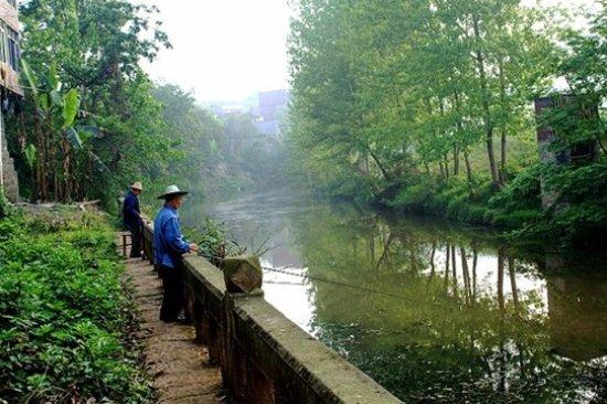 Zizhong County, الصين: 朱溪河 明洪武时期的罗泉古镇是商贾云集,经济繁荣。现今的古镇也保存着尚好的盐神庙。但也体现出了古镇一个时期的苍凉。