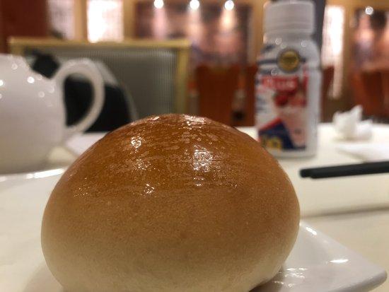 Malden, MA: 叉烧餐包,新鲜好味,烘培恰到好处,属于传统的味道80-90年代广州地区经典味道,/ 叉烧包馅没有加红色素与传统做法略有不同