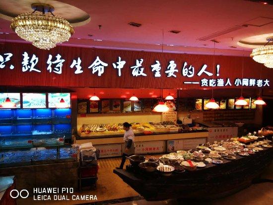 Taizhou, China: 酒店的厨房,菜品看得见选