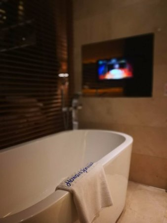 Fuyang, China: 浴缸前面有电视