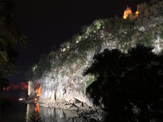 Elephant Trunk Hill (Xiangbishan): 冬季的象鼻山,有点孤独