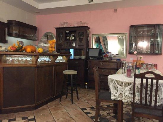 Zajazd Pod Zamkiem Hotel : 一楼餐厅,可以提供咖啡和午餐,晚餐