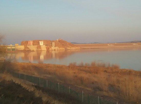 Wengniute Qi, Chine : 红山湖全景,落曰下的红山水库,明代石刻。