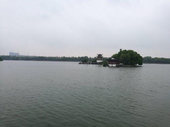 Tongling, China: 晨曦,雨中的天井湖