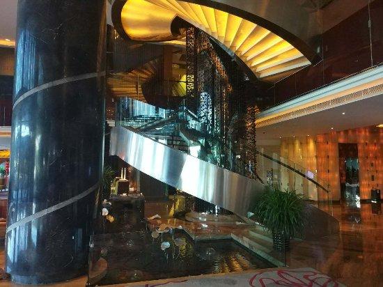 Swiss Grand Xiamen: 第二次入住厦门瑞颐大酒店了,地理位置特别的好,去各个景点都很方便,而且房间正对鼓浪屿,景致也很不错,最最重要的是服务一如既往的好,从门口的小男生小女生到客房服务都很满意。比较遗憾的是未能感受行
