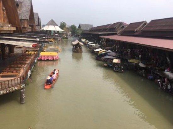 Pattaya Floating Market: 四方水上市场,有点义乌批发市场的感觉。记得要讲价。里面很大,可以买到比外面便宜的东西。里面有家餐厅很不错,海底椰和榴莲不要错过