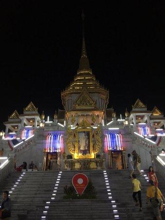 Temple du Bouddha d'or : 晚上看挺宏伟的,进出人依然络绎不绝。