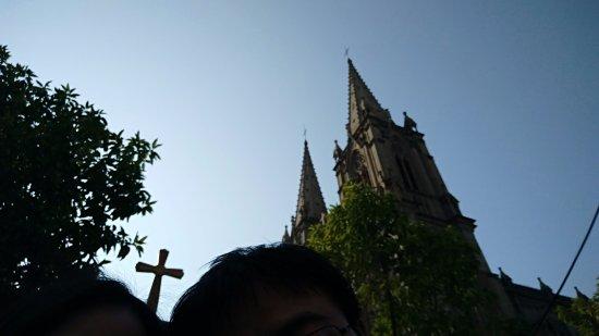 Sacred Heart Cathedral : 圣心大教堂隐藏在街坊市井之内,突然看到宏伟城墙,很震撼,这座古老的建筑给人心灵的震撼,当然人是非常多的。