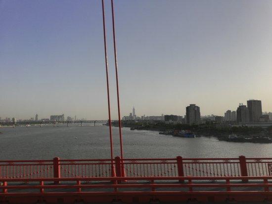武汉长江大桥: 记得读书的时候,大家都觉得走路走完一次长江大桥,在武汉的读书生涯才会完整,我都忘记我自己有没有去走过了,但是一定有无数次的经过这座大桥,桥头武昌的武昌起义纪念馆,汉口这边的黄鹤楼都是那么的历久
