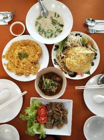 ห้องอาหารเฟื่องฟ้า: 就在酒店附近 搜索发现排名很靠前 来尝尝,强烈推荐椰奶鸡肉汤,鸡肉奶香鲜嫩,汤特别泰国~