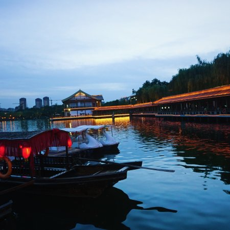 Xi'an Qujiangchi Site Park: 晚上在这附近吃晚饭的朋友可以逛逛,夜景很不错,晚上跑步,散步的人也不少呢(图片未经同意不得商用)