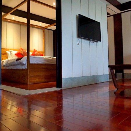 Shuimo Rongzhuang Art Theme Hotel: 白云悠悠,落日霞光,庭院栈桥,山景池景一览无余。室内实木家具环保而品质上乘,茶具精巧,果盘也摆得典雅入镜,放下行囊,就是悠然。