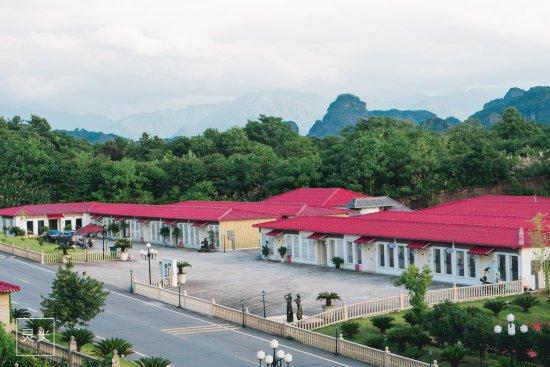 Huaquan Village: 华泉小镇