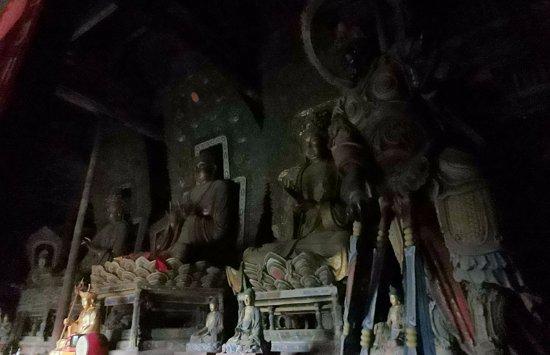 Shuozhou, China: 正殿里黑乎乎的