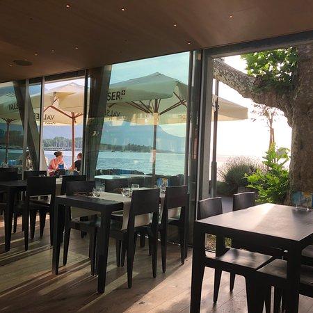 Villeneuve, Suiza: Très bon cuisine avec une très belle vue du lac Léman.Les huîtres est très fraîche ! Super super