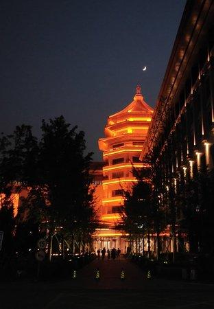 Langfang, Chine: 位于河北省廊坊市开发区新绎七修酒店,在夜晚的灯光的点缀下美轮美奂