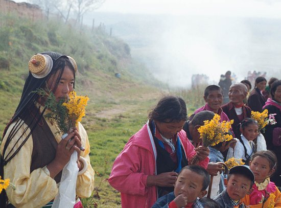 Litang County, Trung Quốc: A Tibetan girl expecting consecration of local temple Litang/Aug 7th 2003