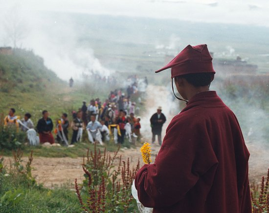 Litang County, Trung Quốc: A monk expecting consecration of Yadu Temple in Litang/Aug 7th 2003