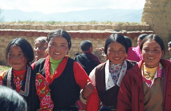 Litang County, Trung Quốc: 4 happy Tibetan girls at consecration ceremony of Yadu Temple in Litang/Aug 7th 2003