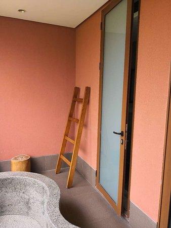 Chibi, China: 温泉泡池与浴室连接大门