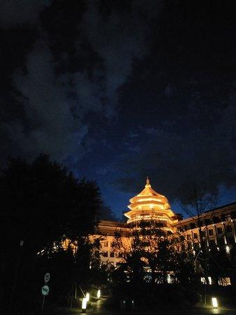 Langfang, Trung Quốc: 夜幕下的新绎七修酒店,被灯光装饰的美轮美奂