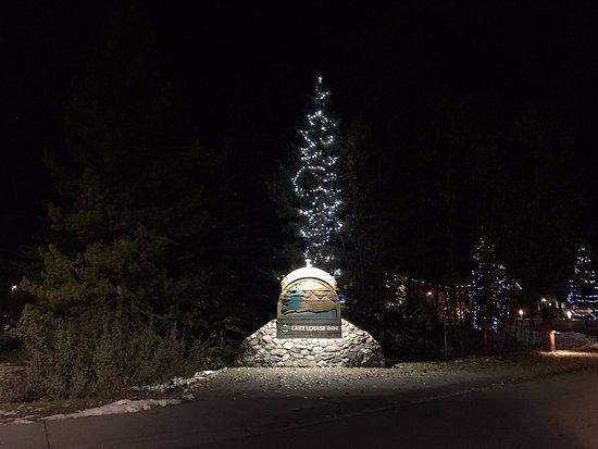 Lake Louise Inn: 夜晚的酒店正门